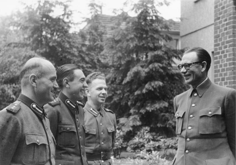 General Wlassow mit russischen Freiwilligen Dabendorf 1944